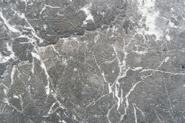 Close-up shot van een stenen grond met verschillende patronen van wit eromheen verspreid Gratis Foto