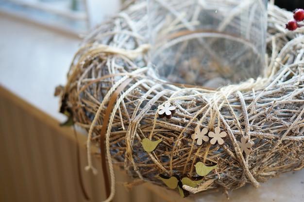 Close-up shot van een tak krans met touwen eromheen gewikkeld Gratis Foto