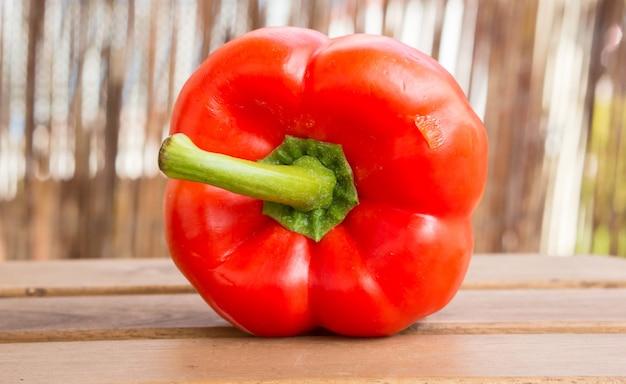 Close-up shot van een verse half gesneden rode peper op een houten oppervlak Gratis Foto
