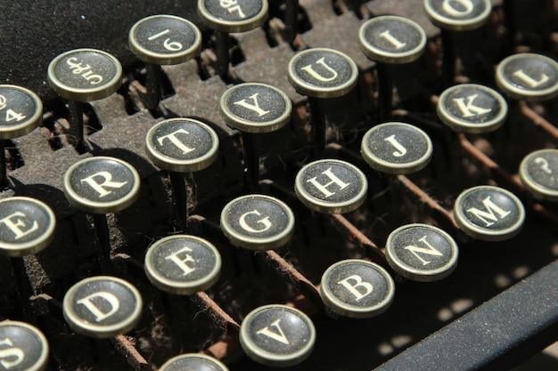 Close-up shot van een vintage typemachine toetsen Gratis Foto