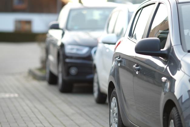 Close-up shot van een zwarte auto op de parkeerplaats met een onscherpe achtergrond Gratis Foto