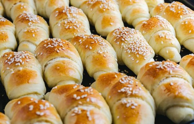 Close-up shot van heerlijke kleine croissants uit de oven - perfect voor een foodblog Gratis Foto