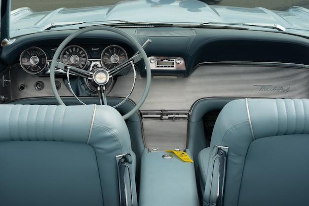 Close-up shot van het lichtblauwe interieur van een auto, inclusief de stoelen en het stuur Gratis Foto