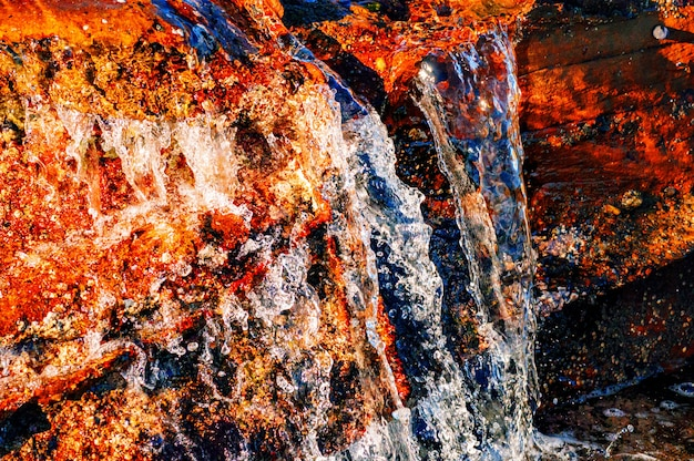 Close-up shot van het water gieten door de rotsen Gratis Foto