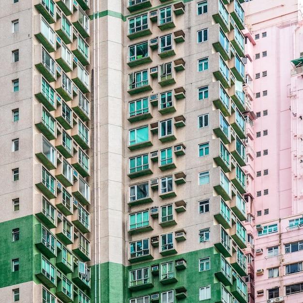 Close-up shot van hoge woongebouwen met meerdere appartementen Gratis Foto