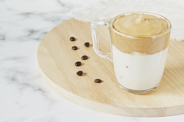 Close-up shot van ijskoude dalgona-slagroomkoffie met luchtige romige Gratis Foto
