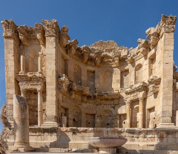 Close-up shot van nympheum in jordanië onder een blauwe hemel Gratis Foto