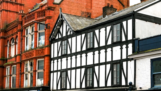 Close-up shot van traditionele baksteen en vakwerk franse gebouwen in een oude stad Gratis Foto