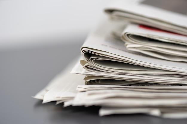 Close-up shot van verschillende kranten op elkaar gestapeld Gratis Foto