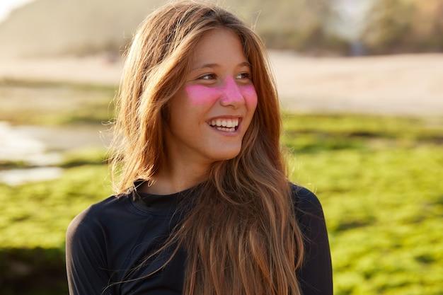 Close-up shot van vrolijke blanke vrouw houdt van surfen Gratis Foto