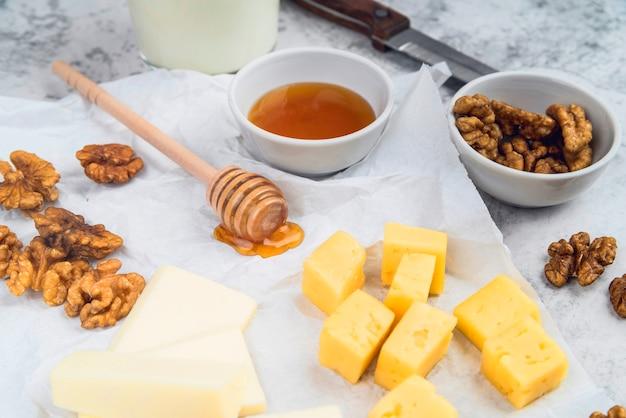 Close-up smakelijke gastronomische snack met honing Gratis Foto