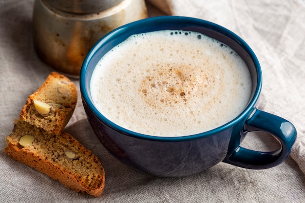 Close-up smakelijke kopje koffie met melk Gratis Foto