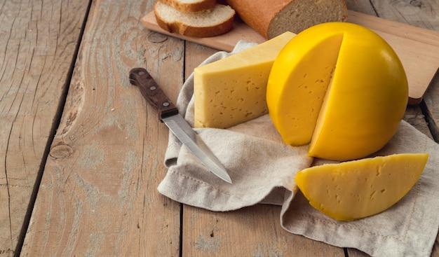 Close-up smakelijke zelfgemaakte kaas met een mes Gratis Foto