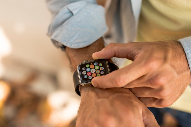 Close-up smartwatch op man pols Gratis Foto
