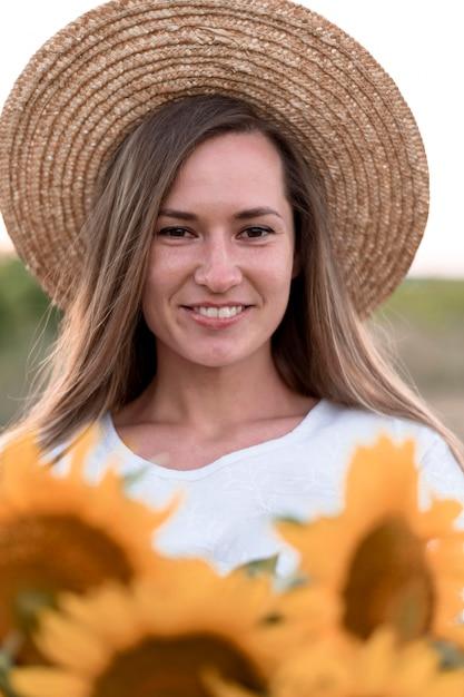 Close-up smiley vrouw poseren buitenshuis Premium Foto