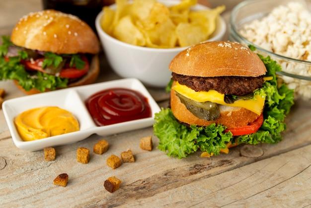 Close-up snel voedsel op houten achtergrond Gratis Foto