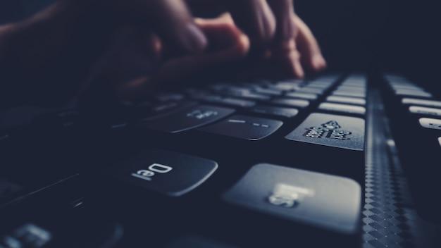 Close-up soft-focus vinger typen op toetsenbord. Premium Foto