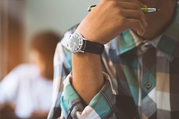 Close-up studenten denken en lezen examen antwoord bladen oefeningen in de klas van school met stress. Premium Foto