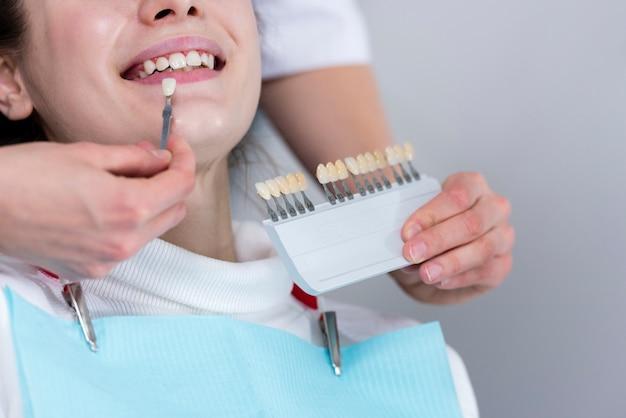 Close-up tandarts behandeling uitvoeren Gratis Foto