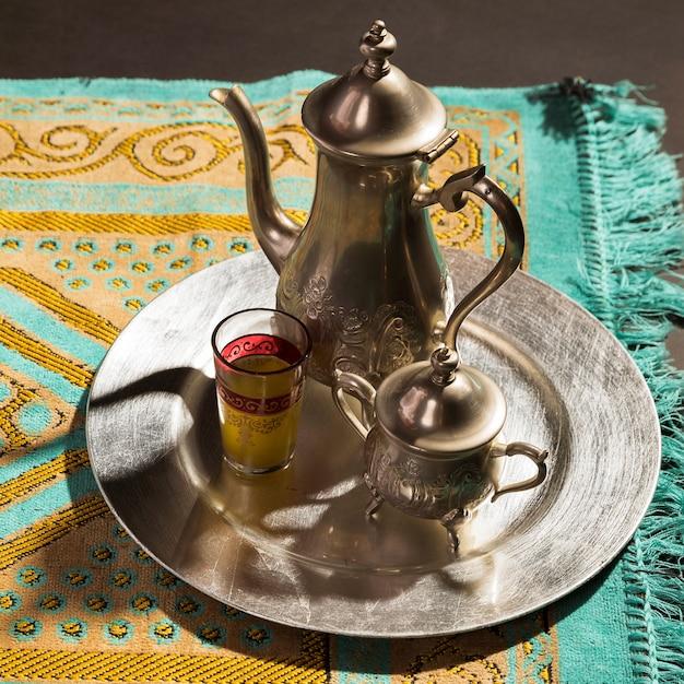 Close-up traditionele arabische hete thee op gebeddeken Gratis Foto