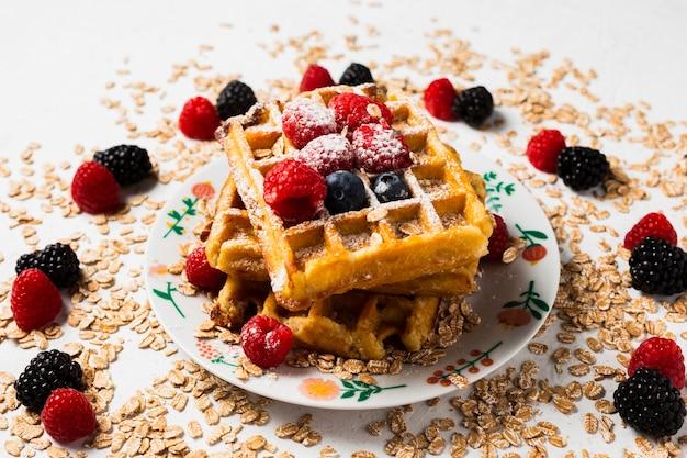 Close-up uitstekend ontbijt met wafels Gratis Foto
