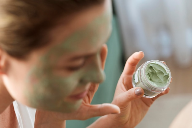 Close-up vage vrouw met gezichtsmasker Gratis Foto