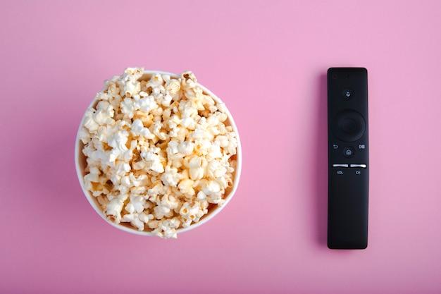 Close-up van afstandsbediening en papieren kopje popcorn Premium Foto
