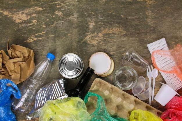 Close-up van afval op oud hout. bovenaanzicht. Premium Foto