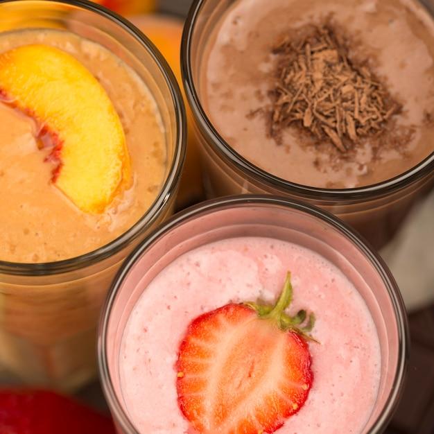 Close-up van assortiment milkshakes met chocolade en fruit Gratis Foto