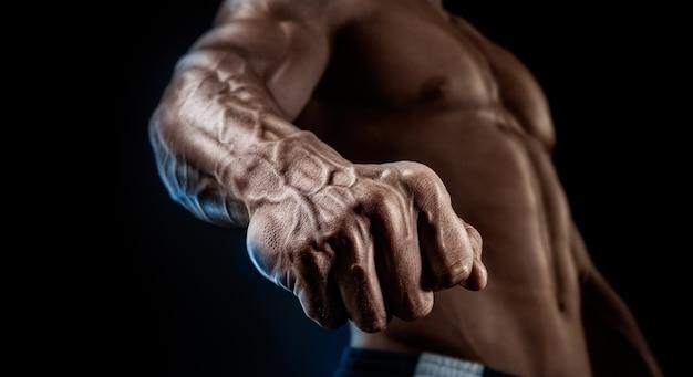 Close-up van atletische gespierde arm en romp Premium Foto