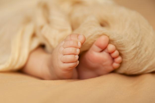 Close-up van babyvoeten, pasgeboren teen, moederschap en babyhoodconcept Premium Foto