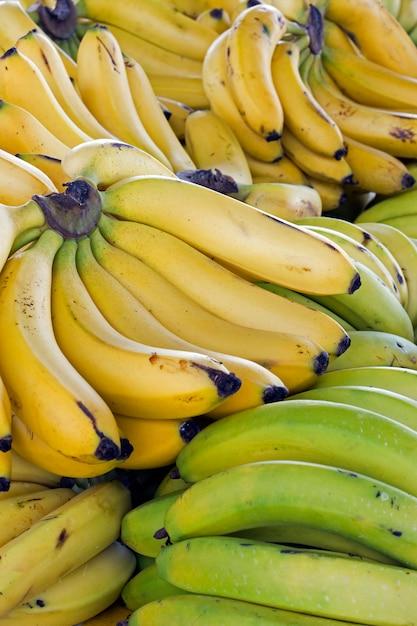 Close-up van banaanbos op straatmarktkraam Premium Foto