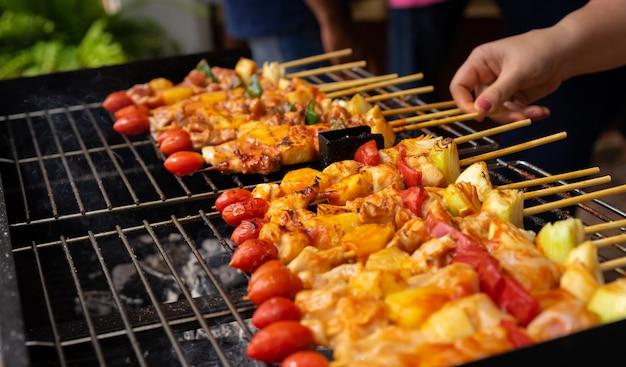 Close-up van barbecue bij de grill Premium Foto