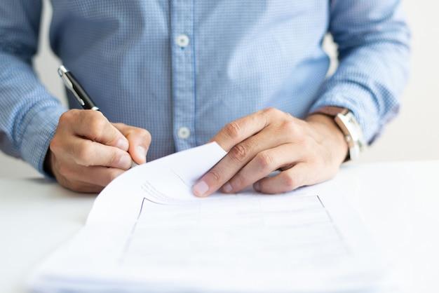 Close-up van bedrijfsmens die document ondertekent Gratis Foto