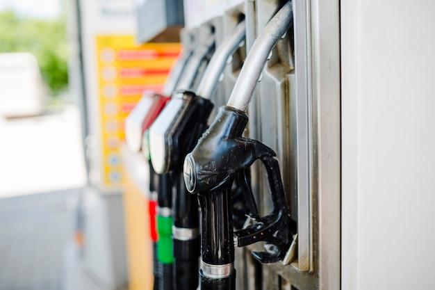 Close-up van benzinepomppijpen bij benzinestation Gratis Foto