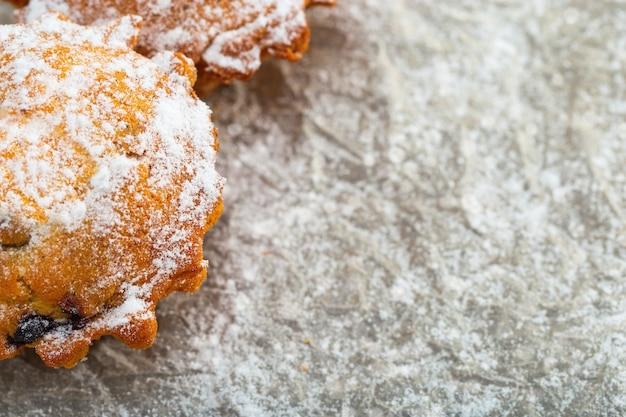 Close-up van bes cupcake bestrooid met poedersuiker. Premium Foto