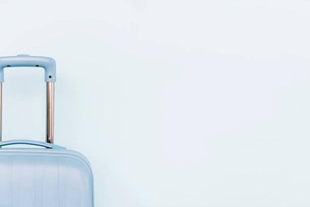 Close-up van blauwe bagagezak op witte achtergrond Gratis Foto