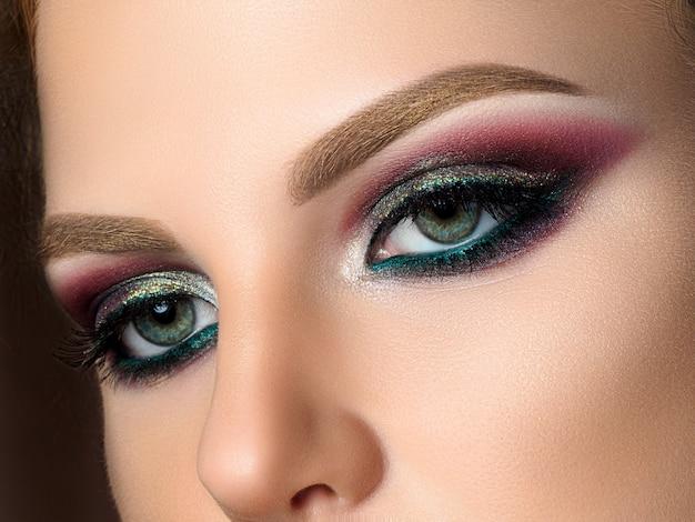 Close up van blauwe vrouw ogen met mooie veelkleurige smokey eyes make-up. moderne mode-make-up. studio opname Premium Foto