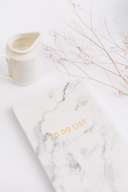 Close-up van blocnote met om lijsttekst en melk te doen Gratis Foto
