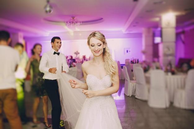 Close-up van blonde bruid dansen in het restaurant Gratis Foto