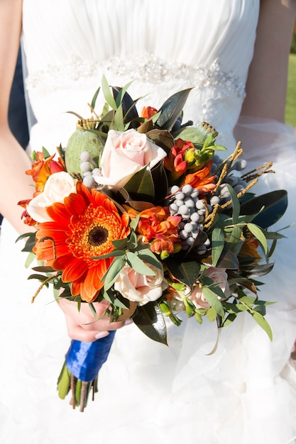 Close up van bruid handen met mooie herfst bruiloft boeket. Premium Foto