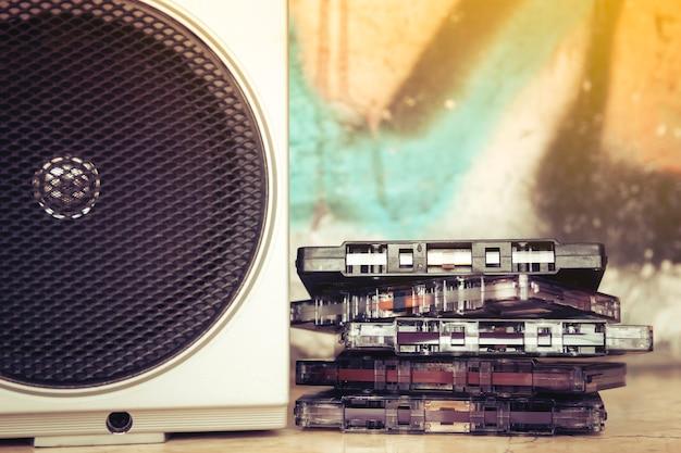Close-up van cassettes die naast de spreker van een oude boombox worden gestapeld Premium Foto