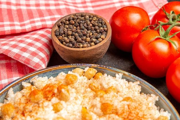 Close-up van chicpeas en rijstmaaltijd ungroud peper en tomaten Gratis Foto