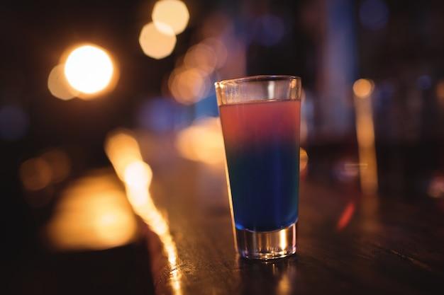 Close-up van cocktaildrank bij balie Premium Foto