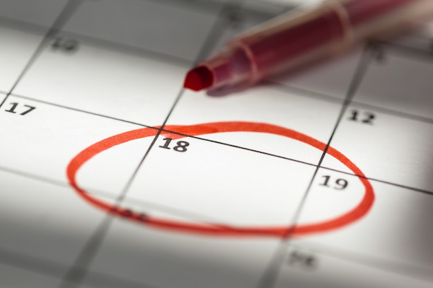 Close-up van datums op kalenderpagina Premium Foto