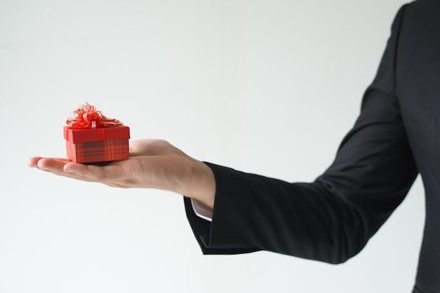 Close-up van de bedrijfsmens die kleine giftdoos houdt Gratis Foto