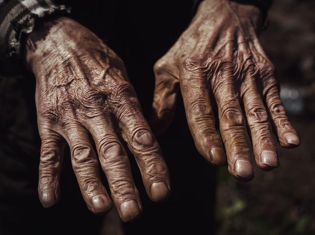 Close-up van de gerimpelde handen van een oude blanke man Premium Foto