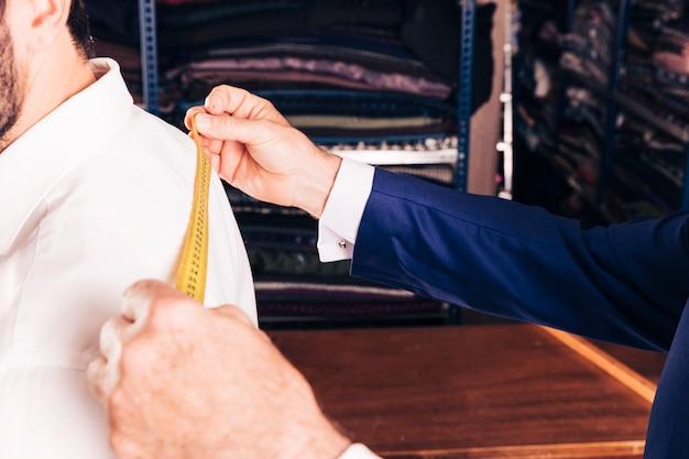 Close-up van de hand die van de ontwerper van de manier meting neemt Gratis Foto