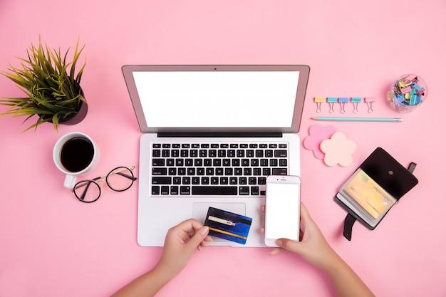 Close-up van de hand te typen op de laptop met gebruik creditcard online kopen Gratis Foto