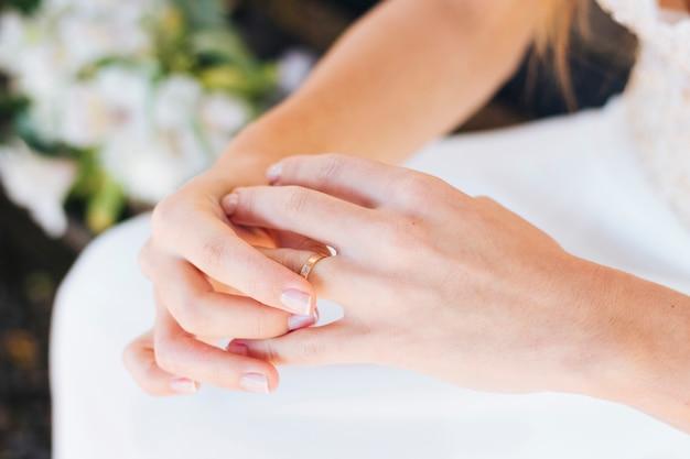 Close-up van de hand van de bruid wat betreft haar trouwring op vinger Gratis Foto